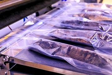 旬の鰹を召し上がるなら人気の藁焼き一本釣りの鰹のたたきがおすすめです。当店で販売しております。薫り高い藁焼きをお楽しみください。